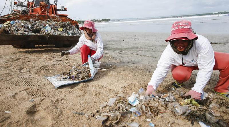 В океаните риба пластмаса