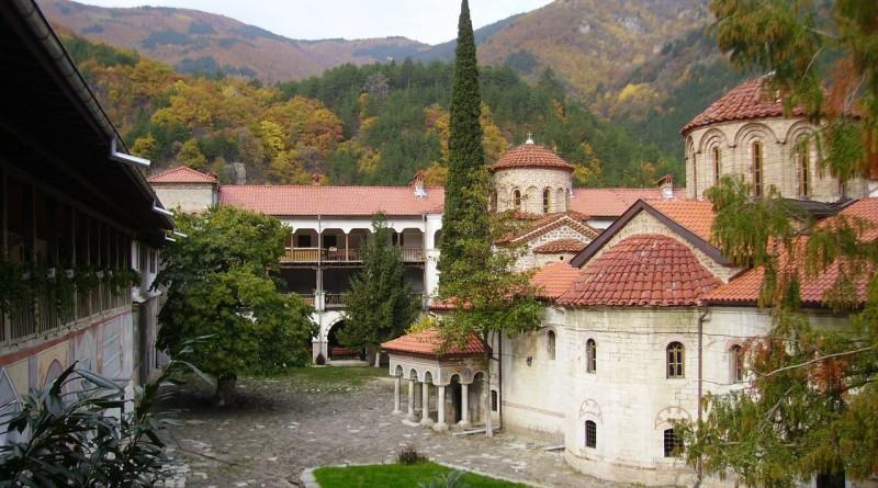 Висше училище стартира от манастир