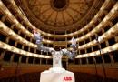Робот дирижира симфоничен оркестър