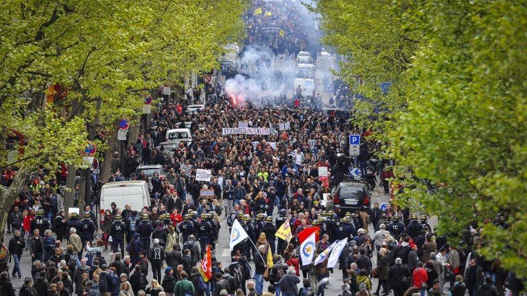 epa05281670 Thousands of people protest against the French Government's labor law reform bill in Paris, France, 28 April 2016. One police officer was injured during the clashes.  EPA/JEREMY LEMPIN