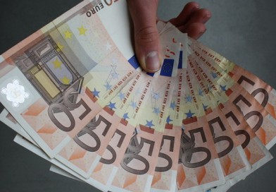 Коледни бонуси за бедни гърци – 554 евро
