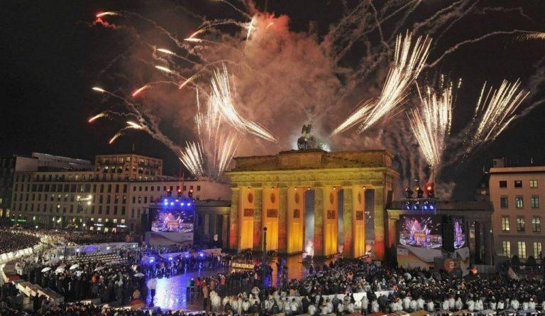 Германците празнуват Berlin-New-Years-